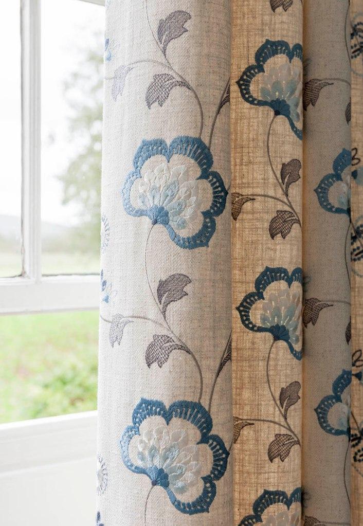 Tela bordada en crudo y azul - Villalba Interiorismo