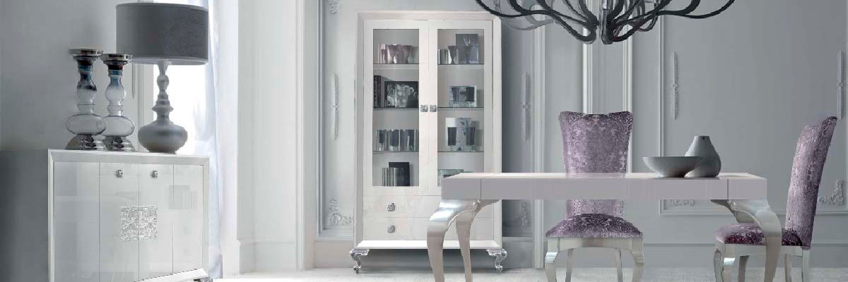 Elegante salón y comedor blanco y plata – Villalba Interiorismo