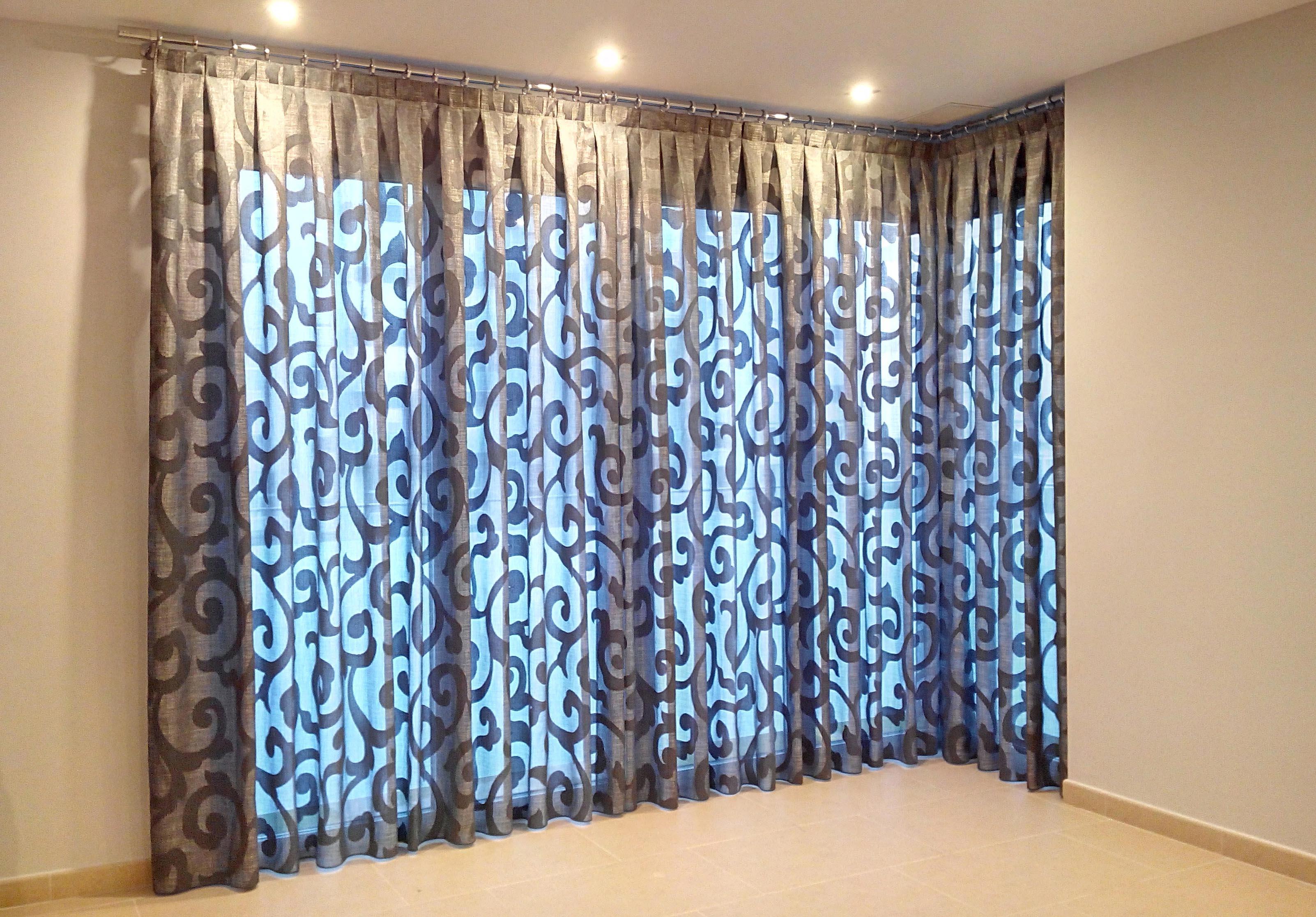 Cortinas que decoran las ventanas villalba interiorismo for Cortinas grises