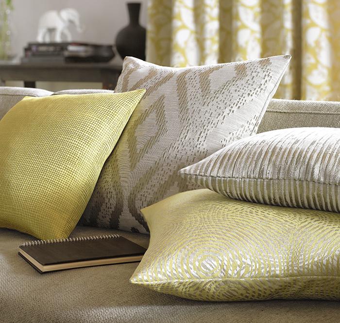 Cojines en amarillo y beige - Villalba Interiorismo