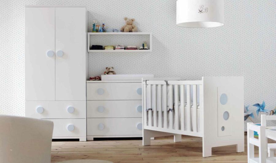 Dormitorio de bebé en blanco y azul - Villalba Interiorismo