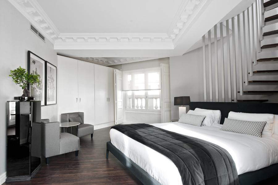 Dormitorio en blanco y negro - Villalba Interiorismo