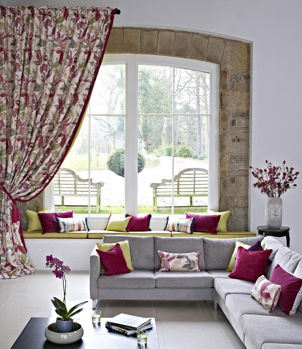 Coordinados de telas en rosas y verde villalba interiorismo for Cortinas verdes para salon