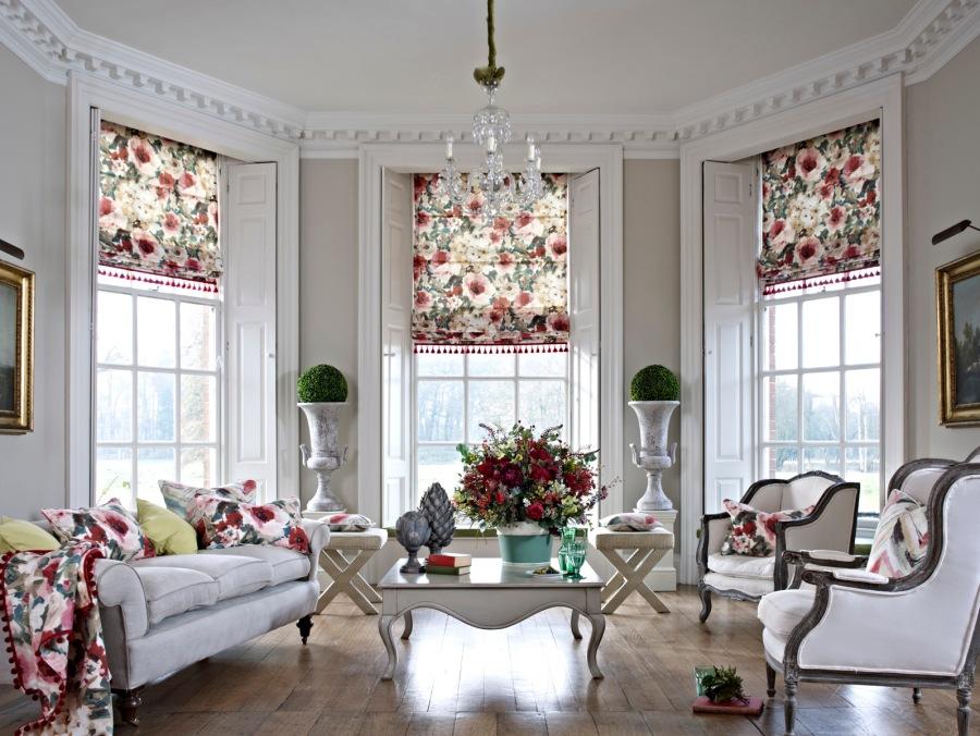 Salón con telas de flores - Villalba Interiorismo