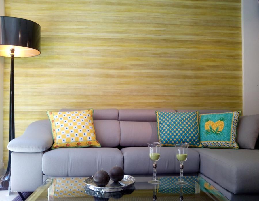 Sofá gris con cojines - Villalba Interiorismo