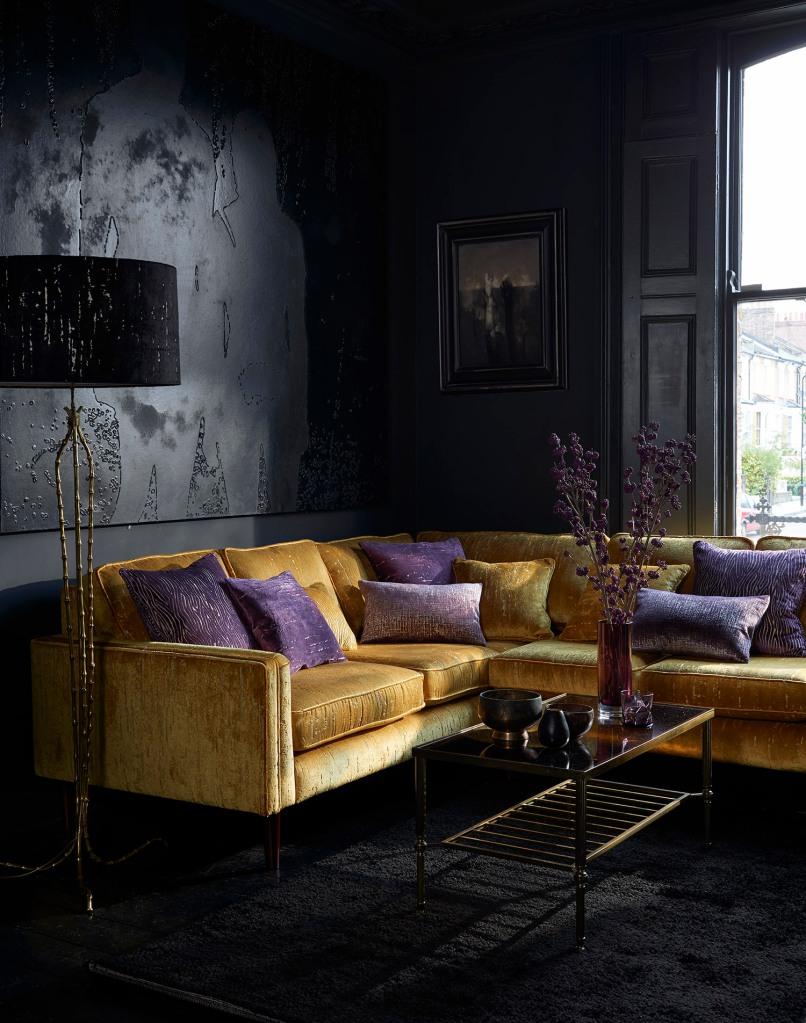 Sofá de terciopelo dorado - Villalba Interiorismo