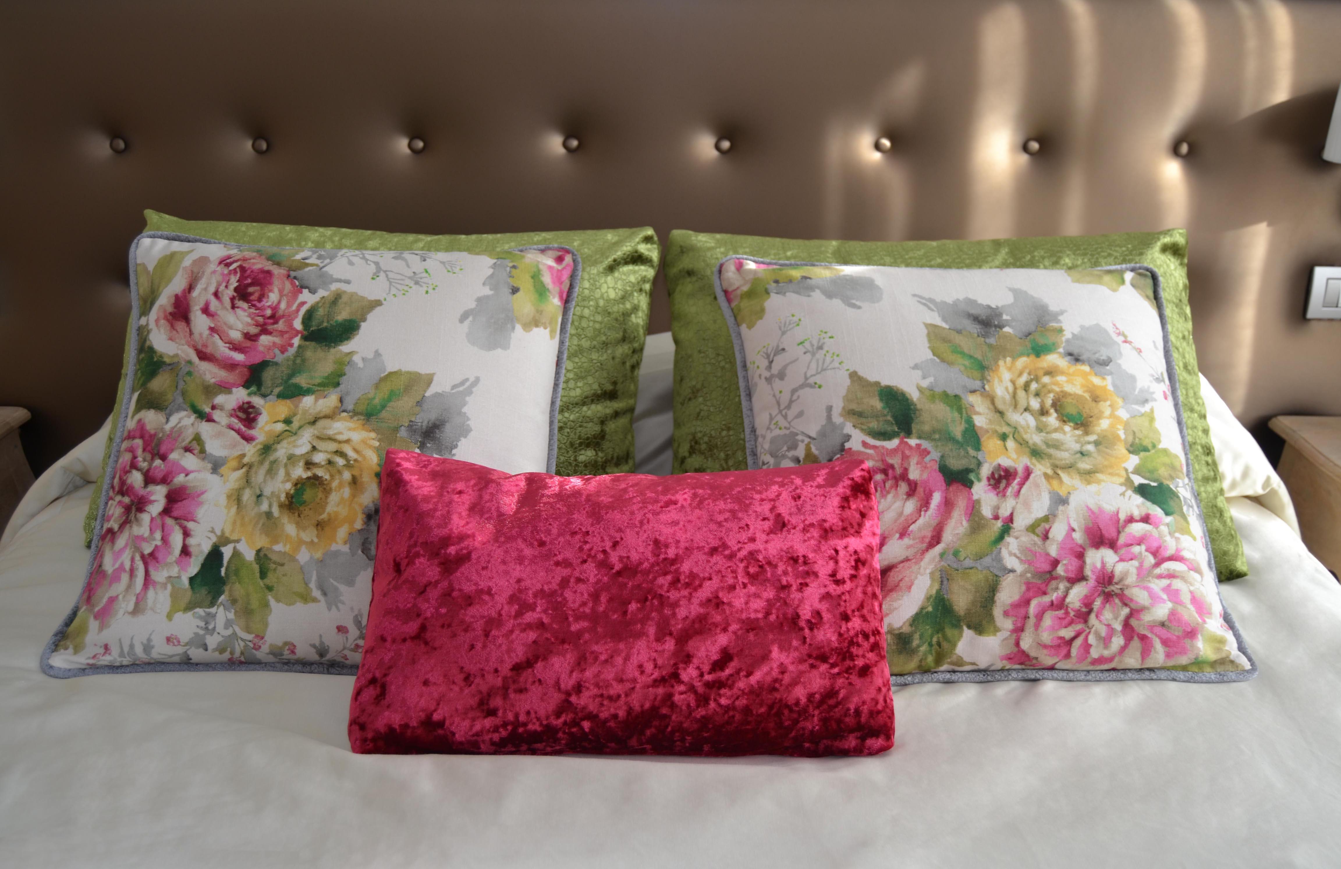 Un dormitorio con flores para marta villalba interiorismo - Cojines grandes para cama ...