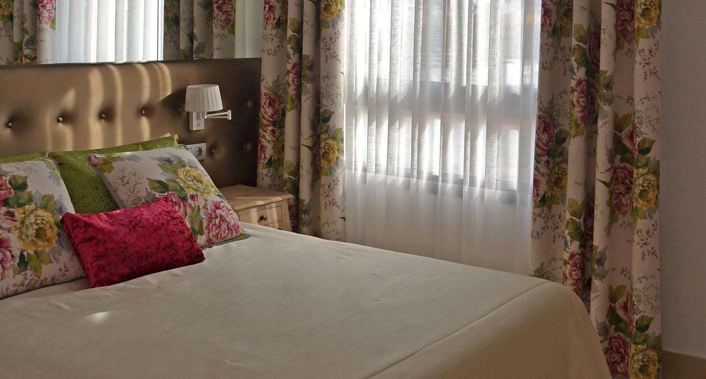 Un dormitorio con flores para marta villalba interiorismo - Cortinas bonitas para dormitorio ...