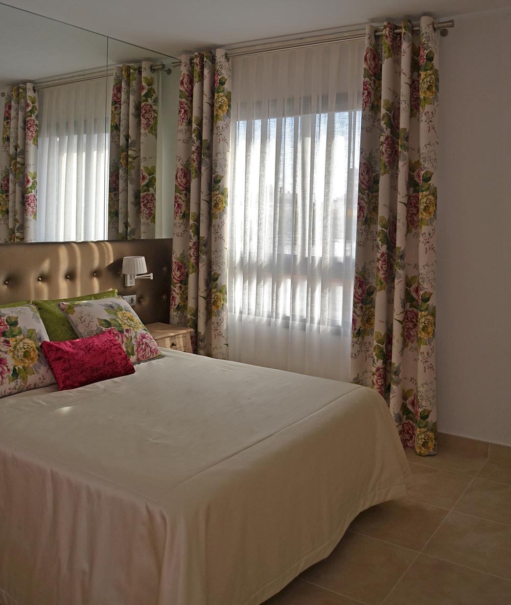 Un dormitorio con flores para marta villalba interiorismo for Cortinas dobles para dormitorios