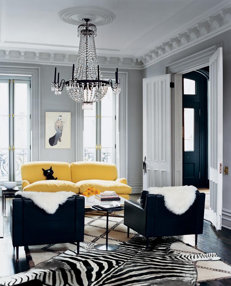 Salón con sofá amarillo - Villalba Interiorismo