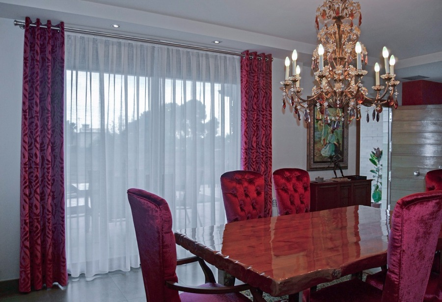 Comedor con dobles cortinas - Villalba Interiorismo