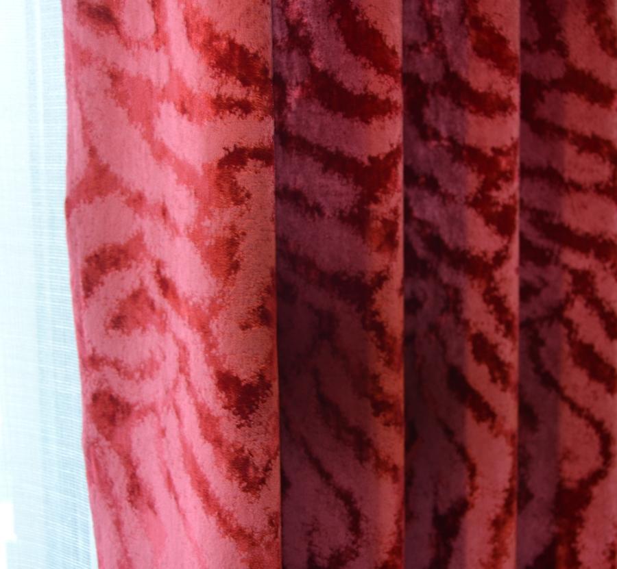 Dobles cortinas en rojo - Villalba Interiorismo