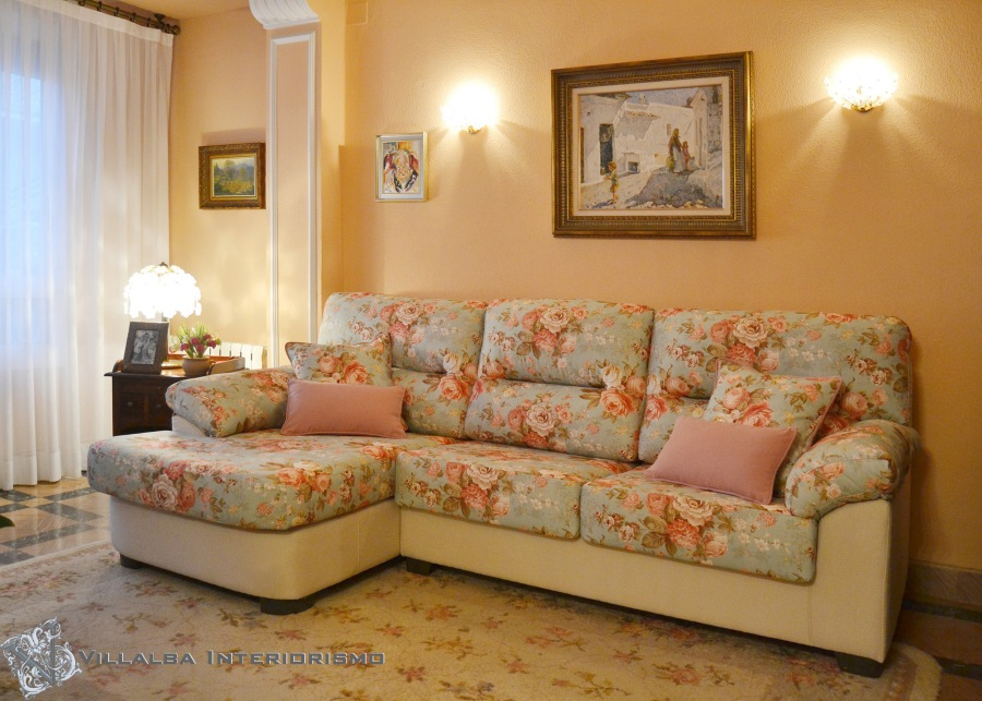 Sofá chaiselongue estampado flores - Villalba Interiorismo