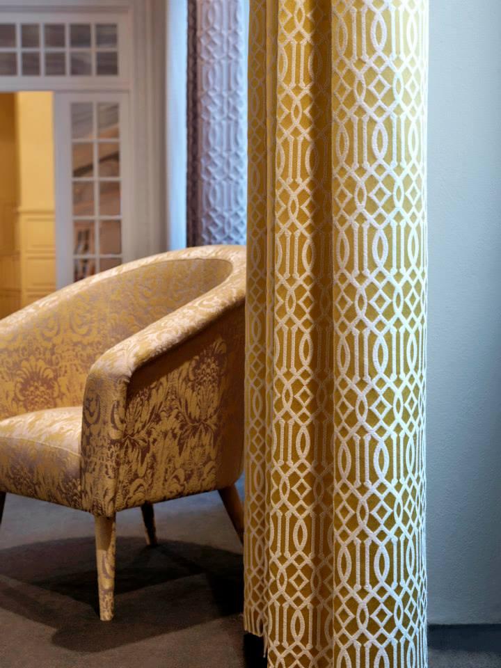 Telas tapizar, cortinas y cojines en amarillo - Villalba Interiorismo