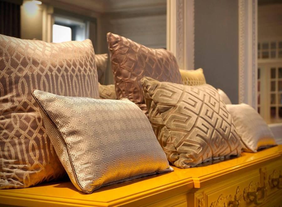 Telas tapizar, cortinas y cojines en beige - Villalba Interiorismo