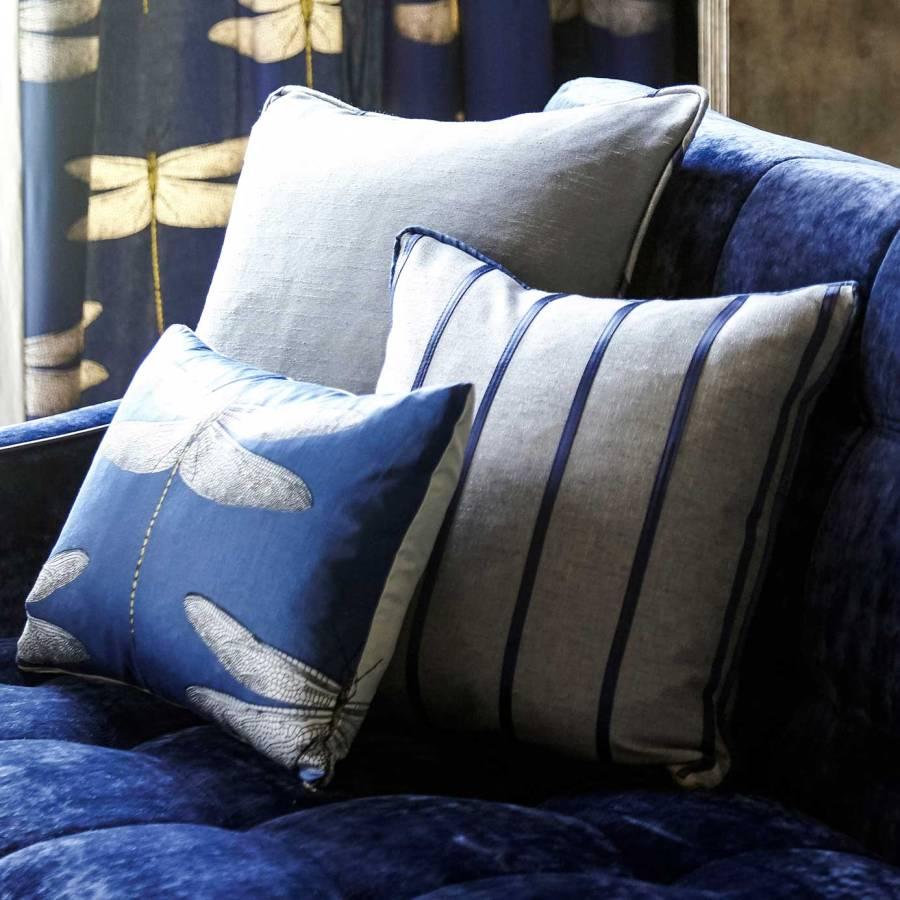 Cojines en un sofá azul - Villalba Interiorismo