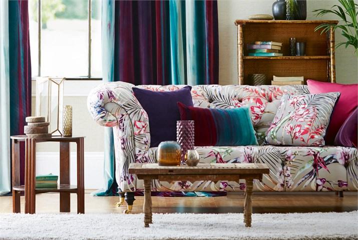Cojines en un sofá estampado - Villalba Interiorismo