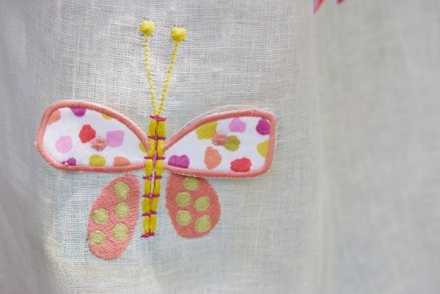 Detalle tela bordada mariposas -. Villalba Interiorismo