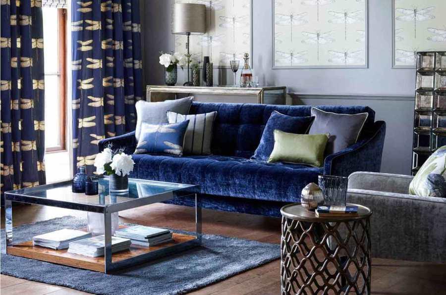 Dobles cortinas y cojines para sofá azul - Villalba Interiorismo
