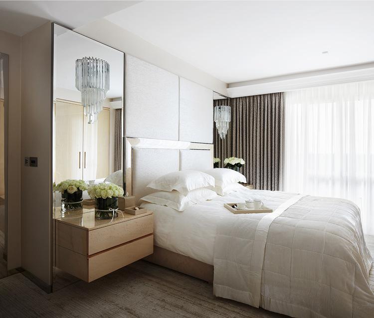 Dormitorio elegante con dobles cortinas - Villalba Interiorismo