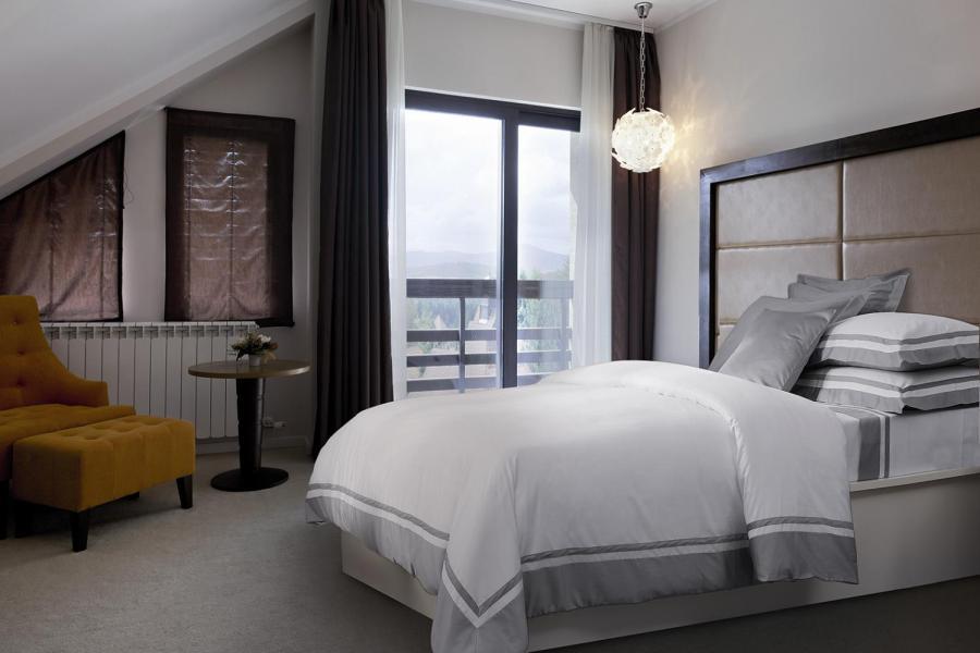 Dormitorio elegante con funda nórdica - Villalba Interiorismo
