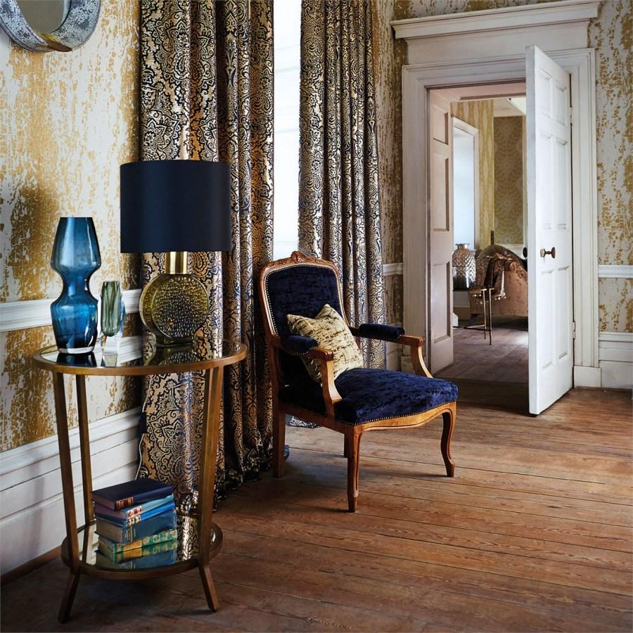 Dobles cortinas y sillón de terciopelo - Villalba Interiorismo