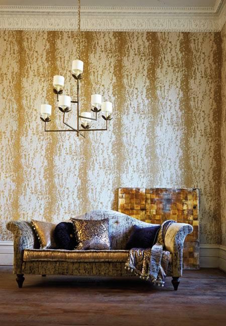 Papel pintado dorado y sofá toques azul - Villalba Interiorismo