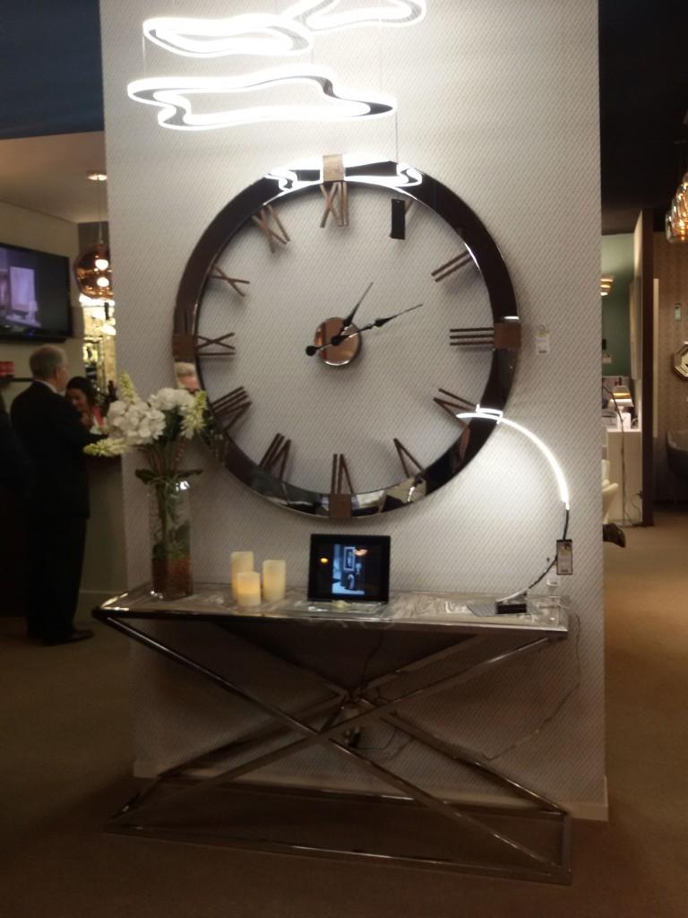 Reloj y consola de Schuller - Villalba Interiorismo