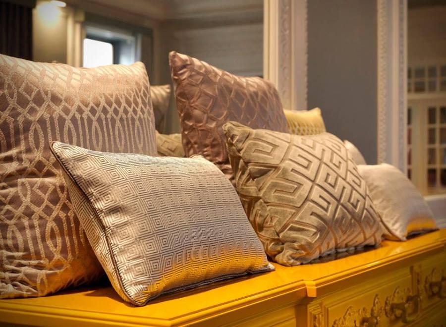 telas-tapizar-cortinas-y-cojines-en-beige-villalba-interiorismo