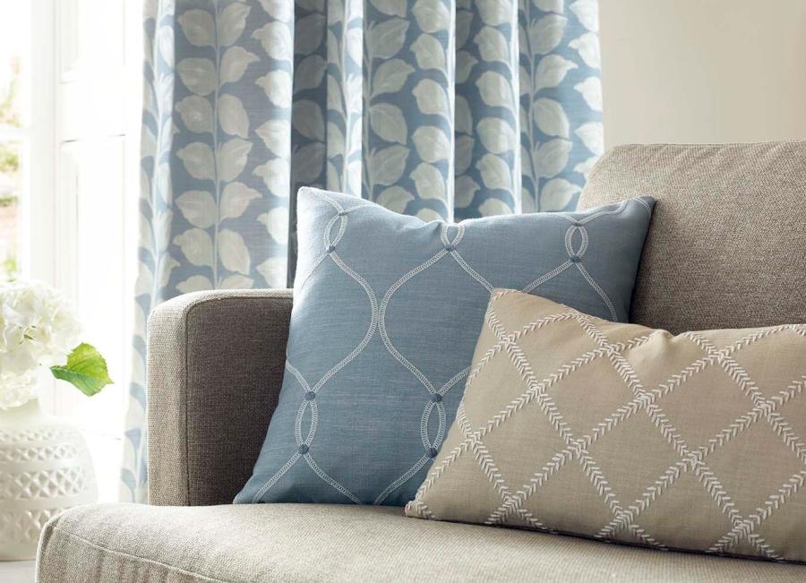Cojines azul y beige con telas bordadas - Villalba Interiorismo