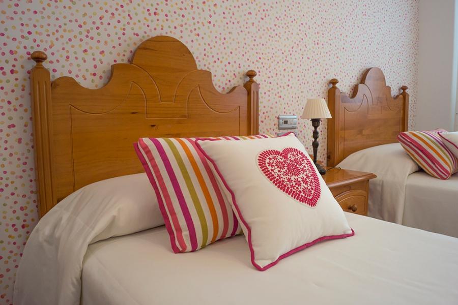 Cojines bordado corazón dormitorio niña - Villalba Interiorismo
