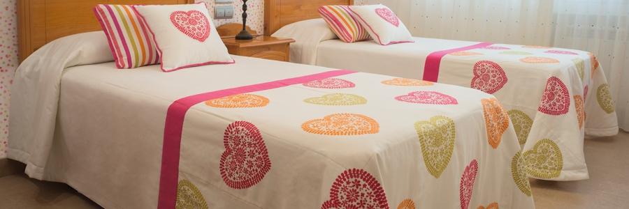 Dormitorio juvenil villalba interiorismo - Cojines para dormitorio ...