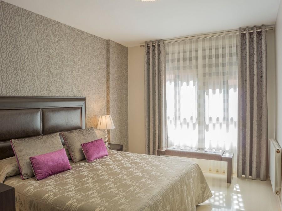 Cortinas y colcha dormitorio moderno - Villalba Interiorismo (2)