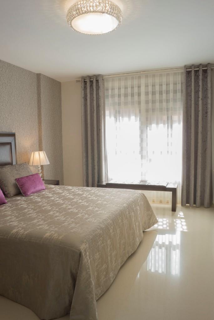 Cortinas y colcha dormitorio moderno - Villalba Interiorismo