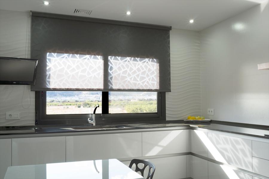 Enrollable negra en cocina - Villalba Interiorismo