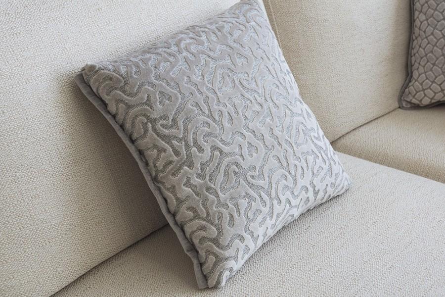 Cojín en crudo de terciopelo para sofá - Villalba Interiorismo