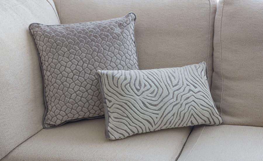Cojines en crudo de terciopelo para sofá - Villalba Interiorismo