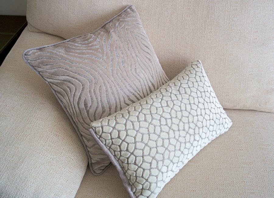 Cojines en crudo terciopelo para sofá - Villalba Interiorismo