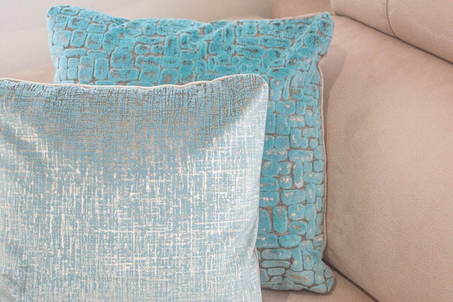 Cojines en terciopelo azul - Villalba Interiorismo (2)