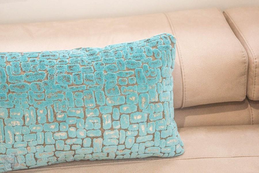 Cojines en terciopelo azul - Villalba Interiorismo
