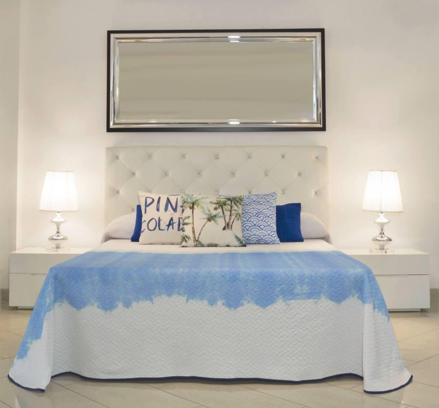 Colcha blanca y azul Sisomdos - Villalba Interiorismo