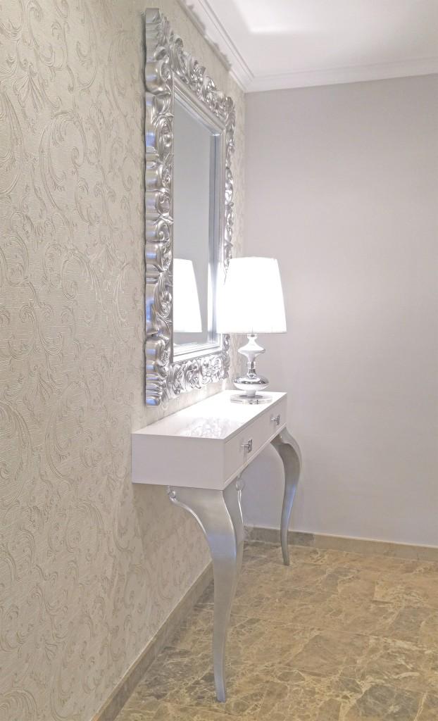Decorando un elegante recibidor y sal n villalba for Papel pintado blanco y plata