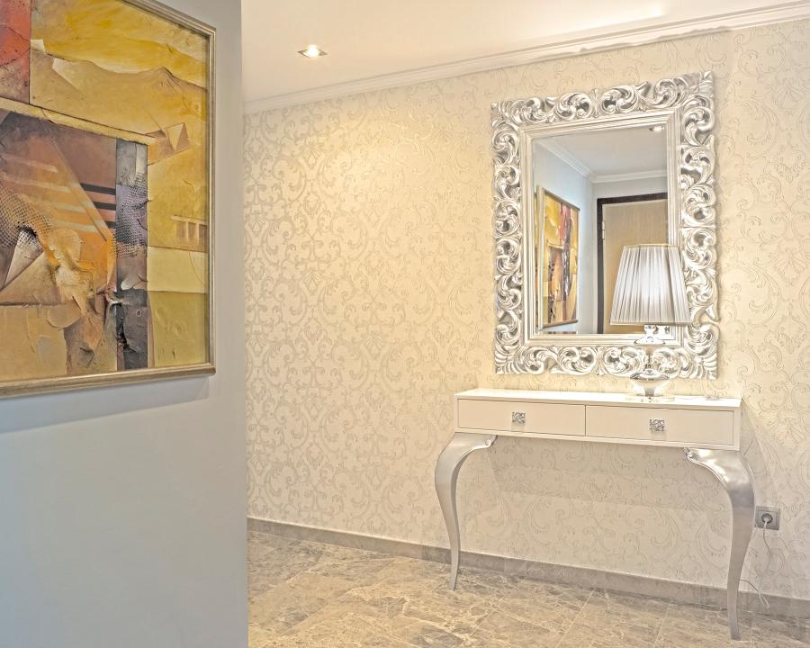 Consola blanca y plata para recibidor - Villalba Interiorismo