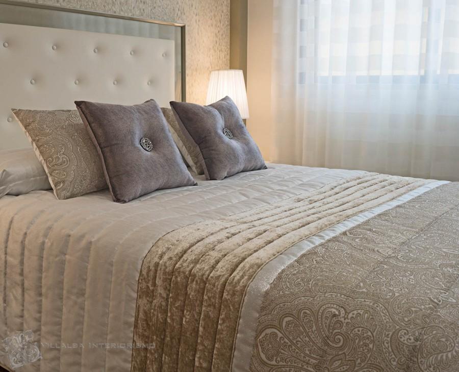 Dormitorio con colcha bouti y cojines de Kylie Minogue - Villalba Inteiorismo
