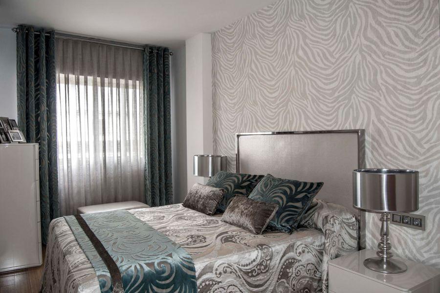 Dormitorio con dobles cortinas y papel pintado Roberto Cavalli - Villalba Interiorismo
