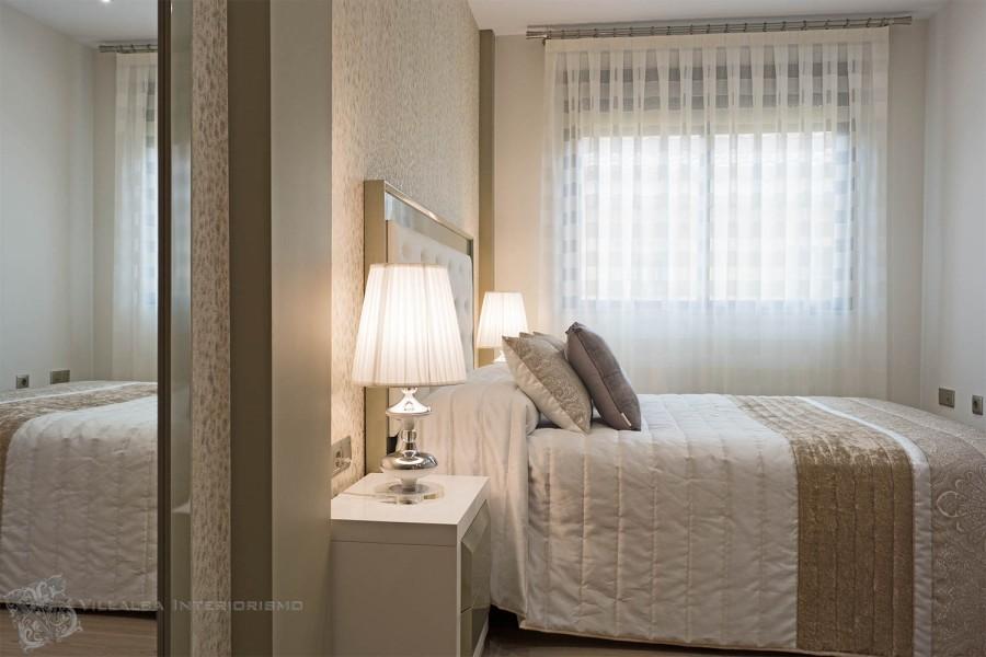 Dormitorio elegante con cortina en barra - Villalba Interiorismo