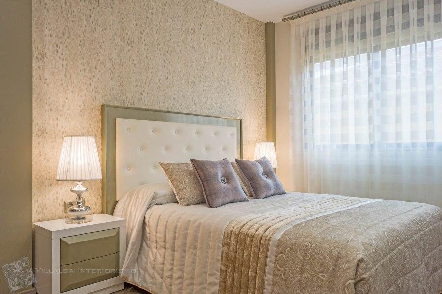 Dormitorio elegante con papel pintado de Roberto Cavalli - Villalba Interiorismo