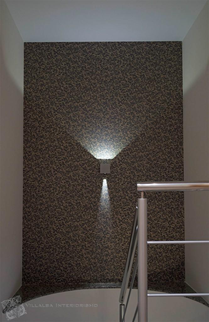 Escalera con papel pintado y aplique - Villalba Interiorismo