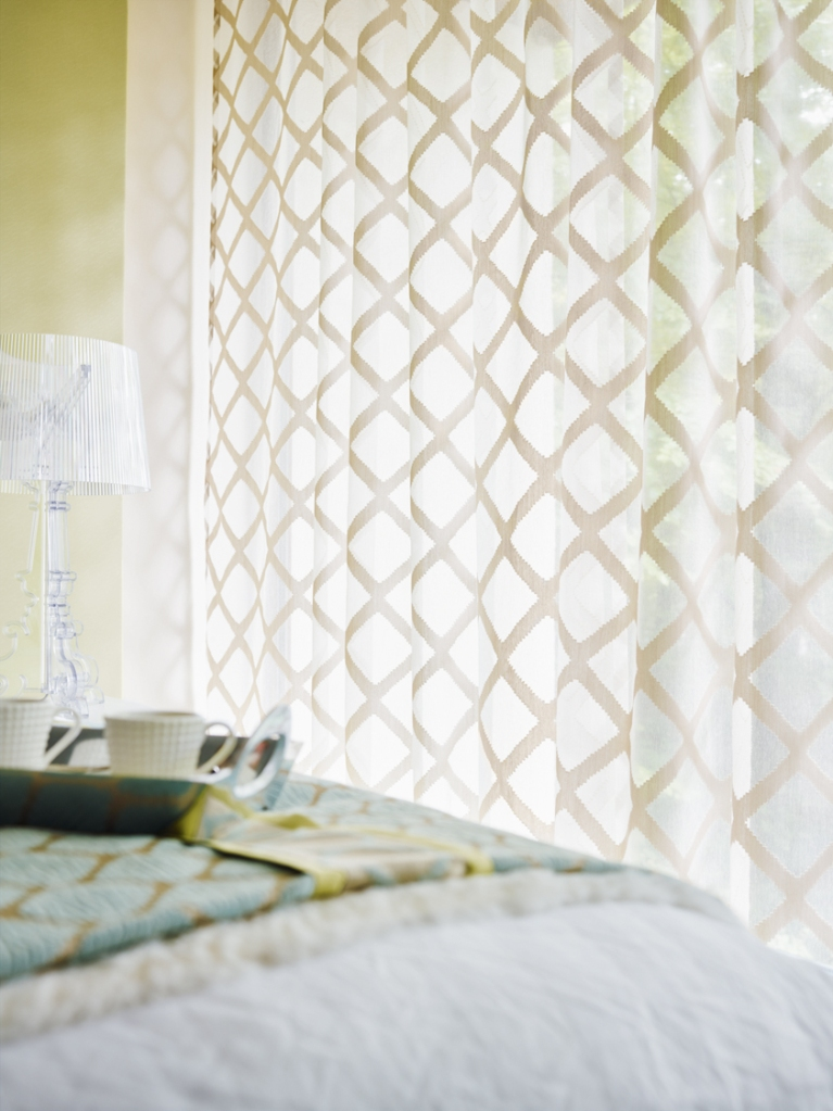 Visillo a rombos blanco en dormitorio - Villalba Interiorismo