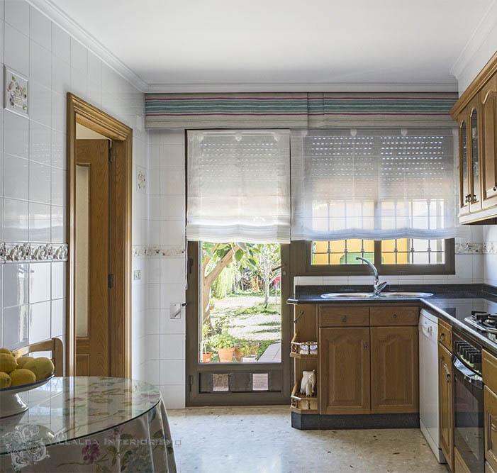 Cocina con estores y volante - Villalba Interiorismo